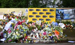 Mourners left flowers, posters, poems and cards, among other things, at a makeshift memorial outside of Mandela's home in Houghton, Johannesburg, Dec. 9, 2013. (Peter Cox for VOA)